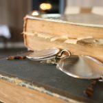 Oude boeken en leesbril