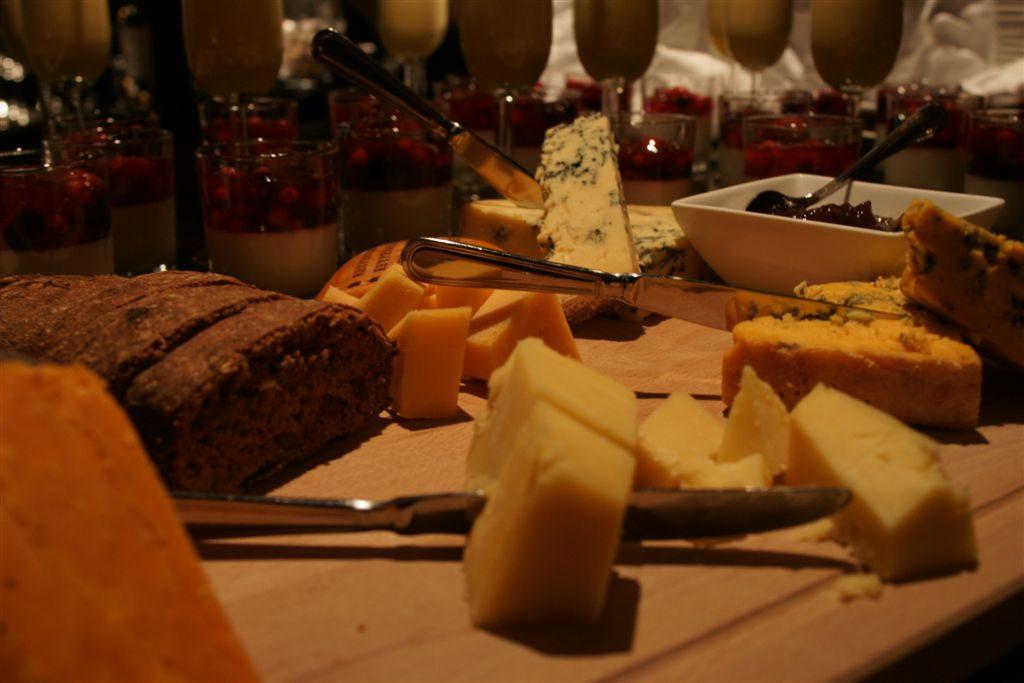 Natafelen met kaas en wijn erbij